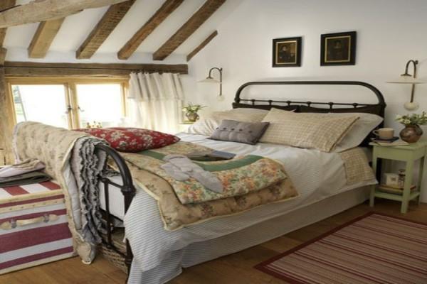 Постелите на кровать стеганое покрывало в русском народном стиле, или на пол киньте красный половичок и у вас получится русское кантри