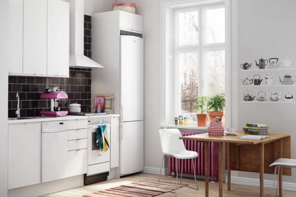В условиях малогабаритной кухни узкий холодильник станет настоящим спасением