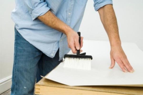 Старайтесь приклеить полотно обоев в течении пяти минут после нанесения клеевого состава