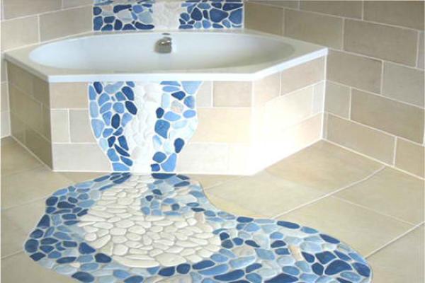 Вариант применения плитки-мозаики в форме гальки в дизайне ванной