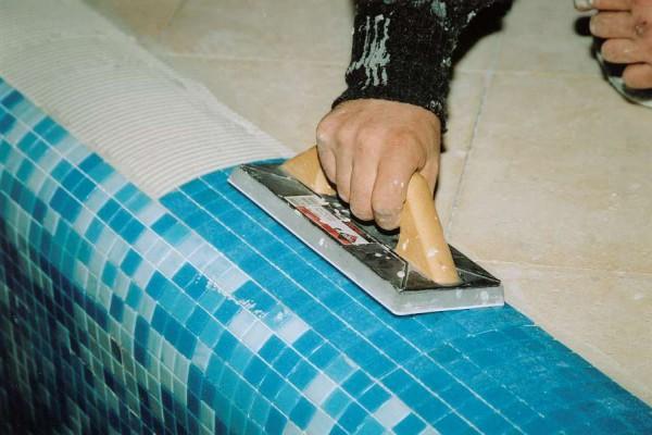 Процесс укладки мозаики на сетке