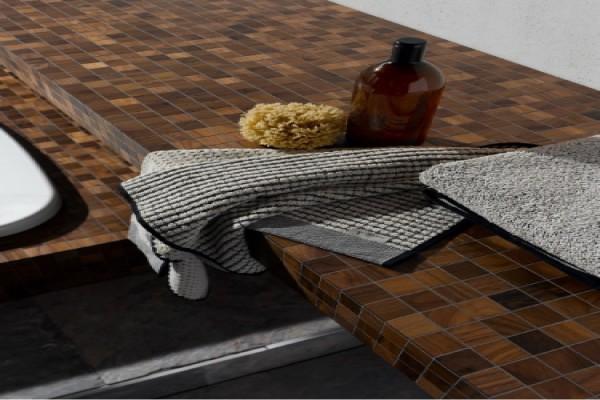 Деревянная мозаика в интерьере ванной комнаты