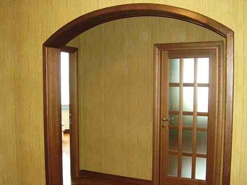 На фото дверная арка