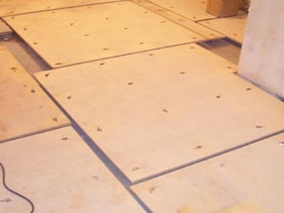 Клей для фанеры на бетонный пол, укладка и крепление к черновому