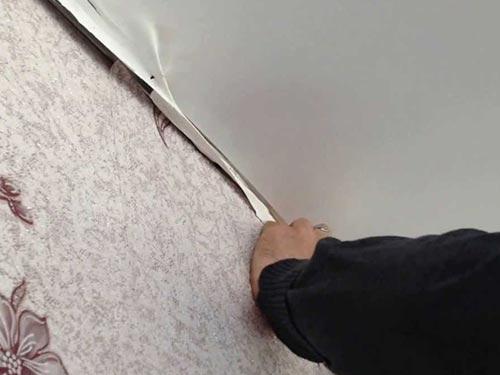 На фото показано как снимать натяжной потолок