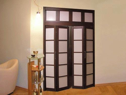 На фото двери складывающиеся гармошкой