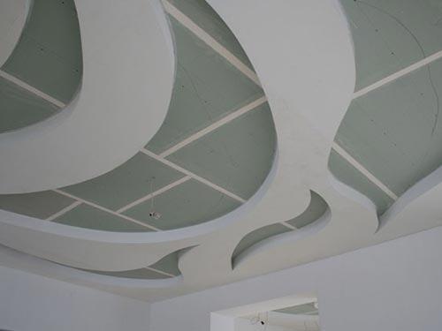 На фото показано как делается из гипсокартона потолок