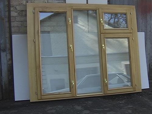 На фото деревянные окна со стеклопакетами