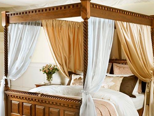 На фото балдахин над кроватью
