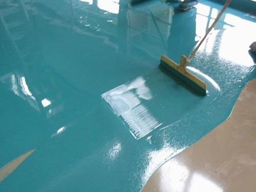 На фото окраска бетонного пола