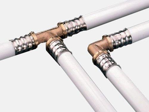 На фото соединение пластиковых водопроводных труб