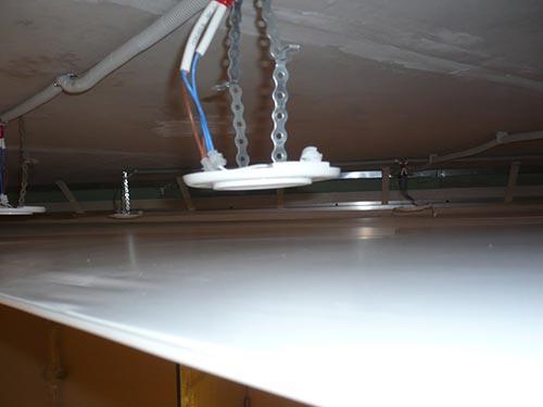 На фото расположение точечных светильников под натяжной потолок