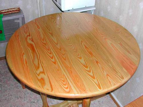 На фото стол из дерева своими руками