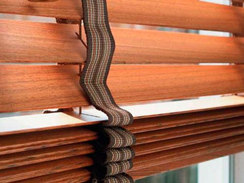 На фото деревянные жалюзи
