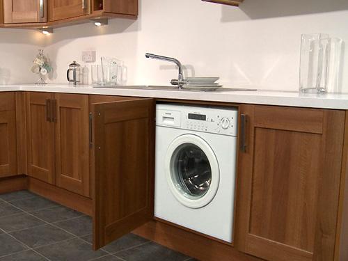 На фото установка стиральной машины на кухне