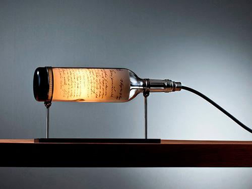На фото светильник из бутылки