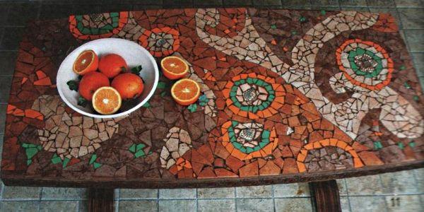 Мозаичный рисунок из кусочков кафельной плитки.