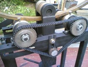 Натяжной ролик упрощает подгон цепи под выставленную ширину опорных валов