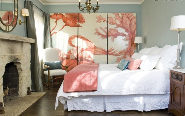 Фреска в средиземноморском интерьере спальни