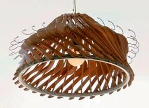 Люстра с абажуром из деревянных или пластиковых вешалок