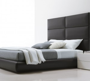 Интерьер спальни в серо-белых тонах