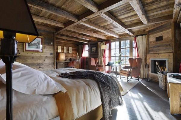 Интерьер спальни-шале с камином