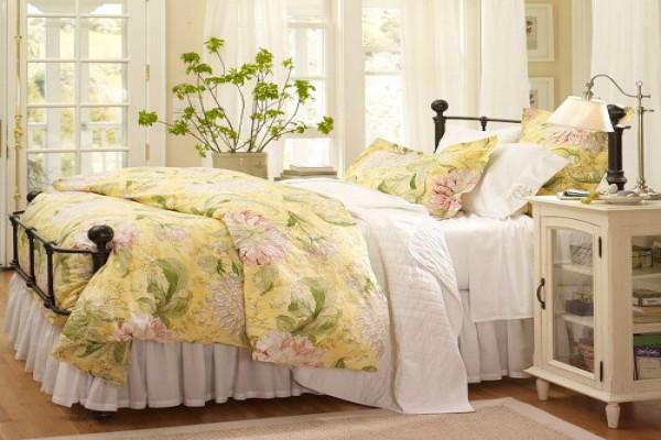Кровать - центральный элемент спальни. Она не обязательно должна быть деревянной, возможны и металлические элементы, например, ковка