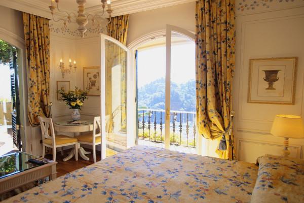 Французское окно до пола в обрамлении драпированных штор с подхватом