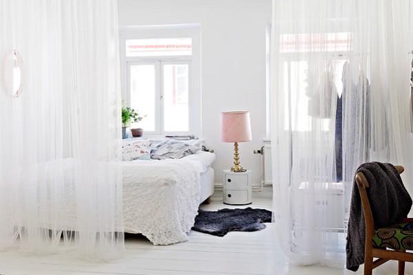 Для зонирования маленькой спальни используют занавески в тон обоям