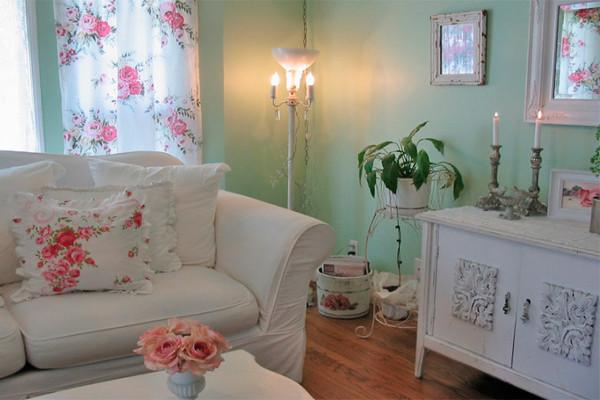 Уютная мятная спальня в стиле шебби шик