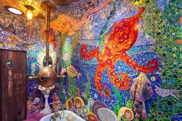 Удивительная атмосфера подводного мира в этой ванной комнате создаётся за счет облицовки стен мозаичной плиткой