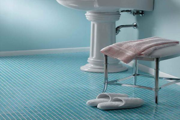 Однотонная мозаичная плитка на полу в ванной