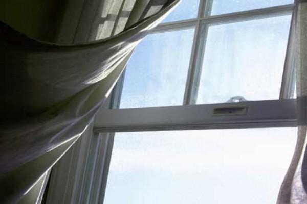 Сквозняк в помещении - частая причина вздутий отделки