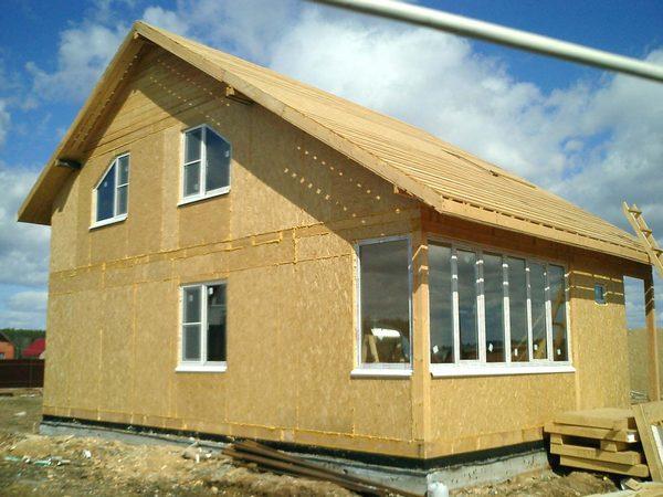 Такой материал прекрасно тепло- и шумоизолирует помещения дома