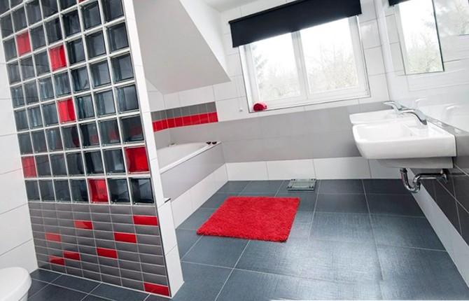 Стена в ванной комнате из стеклоблоков