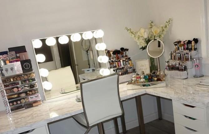 Столик для макияжа с зеркалом и подсветкой