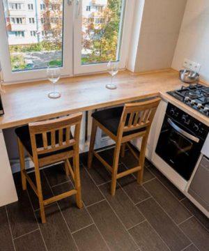 Стол-подоконник на кухне