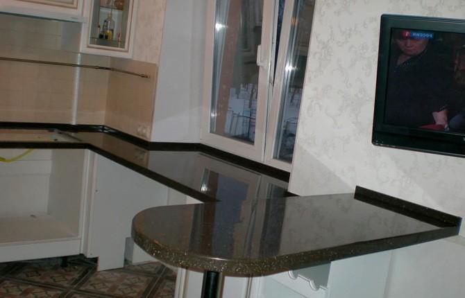 Складной стол на кухне в конструкции с подоконником