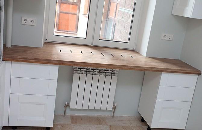 Стол подоконник в интерьере кухни