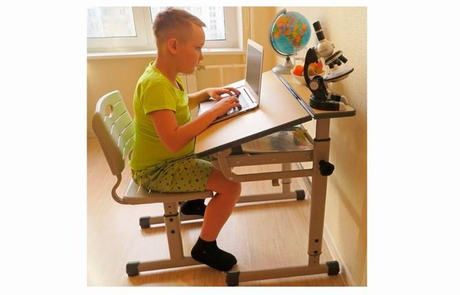 Классический стул со столом для школьника